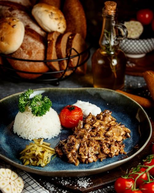 Carne fritta con funghi e riso Foto Gratuite