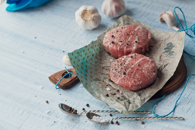 Carne macinata cruda biologica avvolta in strisce di pancetta. Foto Premium