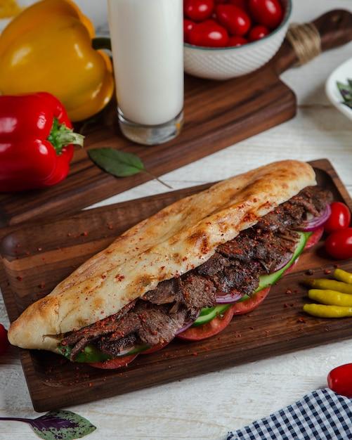 Carne speziata nel pane con verdure Foto Gratuite
