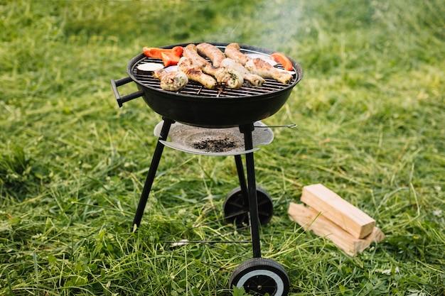 Carne sulla griglia del barbecue in natura Foto Gratuite