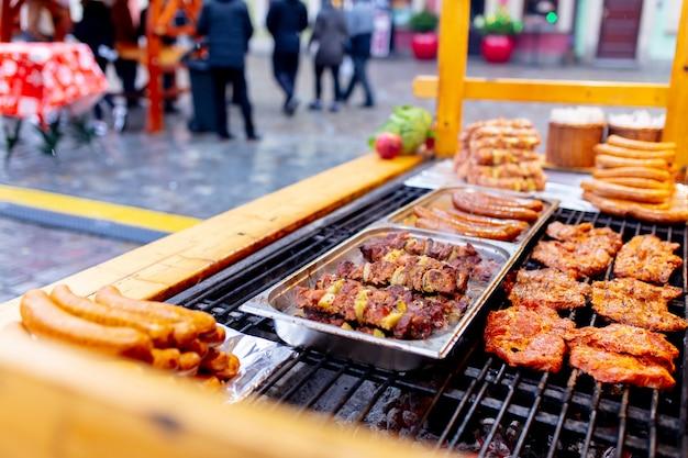 Carne tradizionale in fumo nel mercatino di natale a wroclaw, polonia Foto Premium