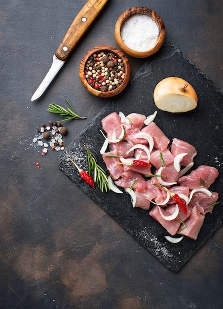 Carne tritata grezza con le spezie su priorità bassa arrugginita Foto Premium