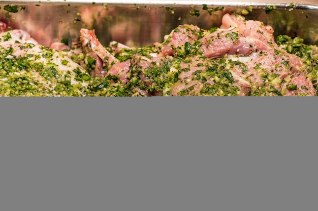 Carni crude marinate in olio d'oliva aglio prezzemolo sale pepe Foto Premium