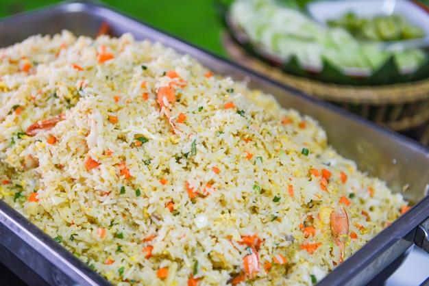 Carota e verdure del gamberetto del riso fritto a buffet dell'alimento tailandese sul vassoio nel tavolo da pranzo / Foto Premium