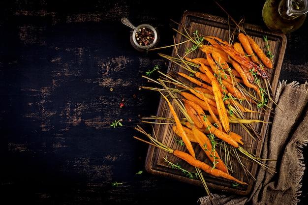 Carote biologiche al forno con timo, miele e limone Foto Gratuite