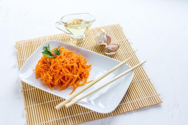 Carote coreane sulla tavola di legno bianca Foto Premium