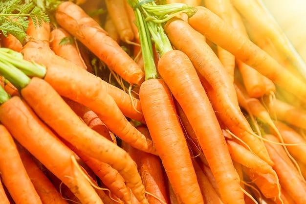 Carote fresche al mercato centrale di budapest, ungheria Foto Premium