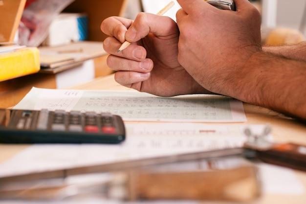 Carpenter pianifica il suo lavoro Foto Premium