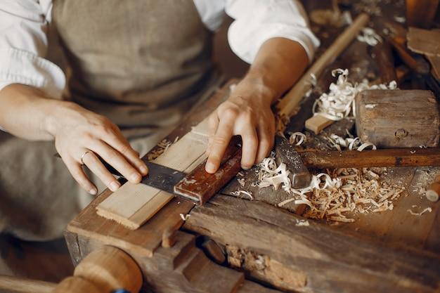 Carpentiere bello che lavora con un legno Foto Gratuite