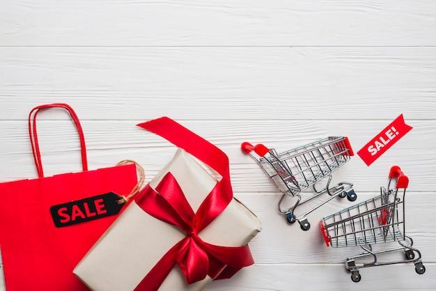 Carrelli spesa, pacchetto, regalo con fiocco Foto Gratuite
