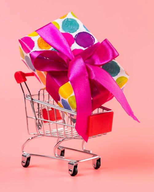 Carrello con grande regalo colorato Foto Gratuite