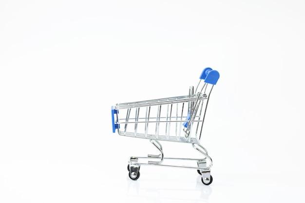 Carrello del supermercato isolato su fondo bianco Foto Premium