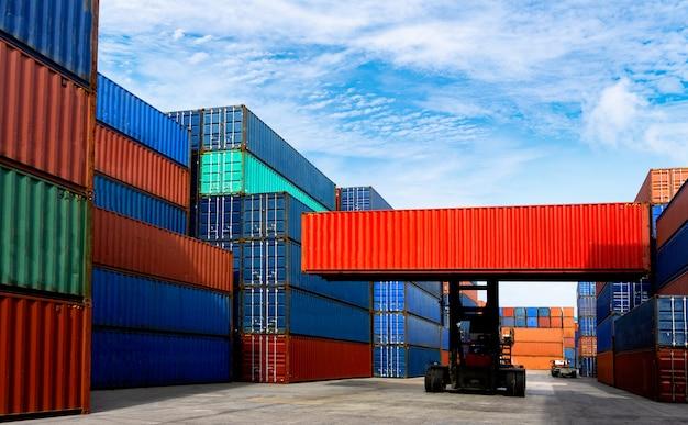Carrello elevatore che tratta il contenitore di contenitore nell'industria navale Foto Premium