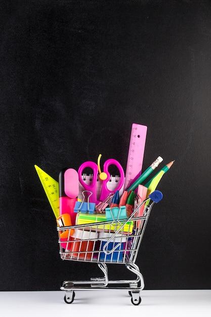Carrello fornito con materiale scolastico e una lavagna Foto Premium