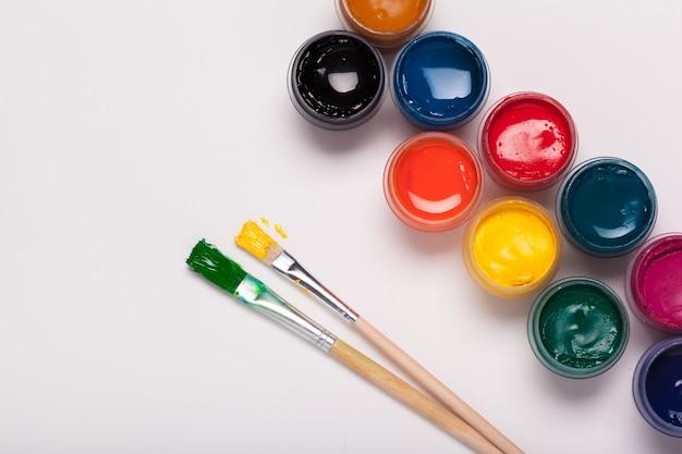 Carta, acquerelli, pennello e alcuni oggetti d'arte si chiudono sulla vista dall'alto Foto Premium