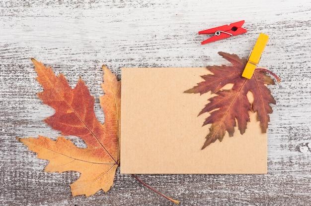 Carta artigianale vuota con foglia autunnale Foto Premium