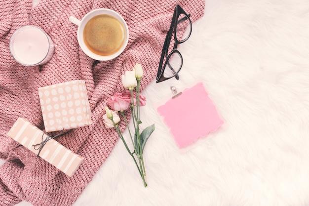 Carta bianca con fiori, scatole regalo e tazza di caffè Foto Gratuite