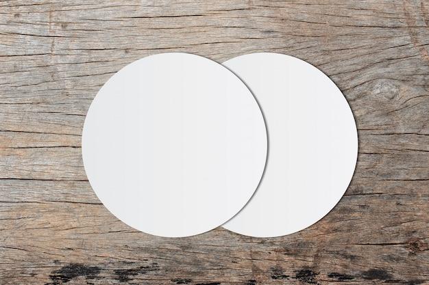 Carta bianca del cerchio e spazio per testo su vecchio fondo di legno Foto Premium