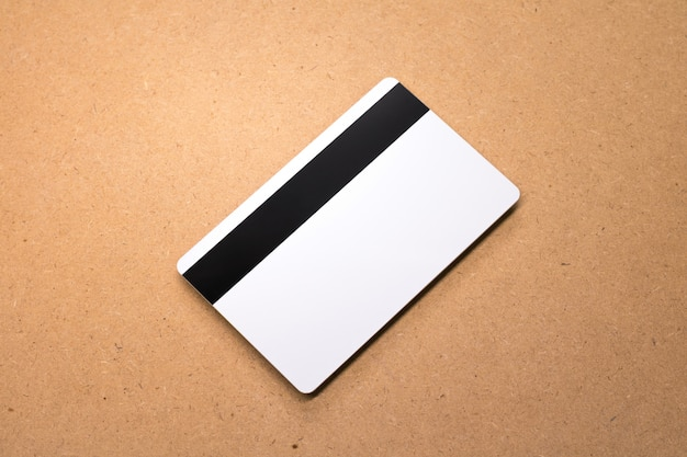 Carta bianca su fondo in legno. modello di carta di credito vuota per il vostro disegno. Foto Premium