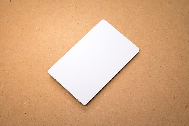 Carta bianca su fondo in legno Foto Premium