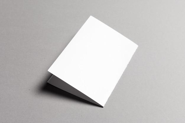 Carta bianca su grigio Foto Premium