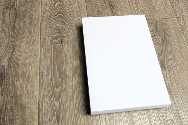 Carta bianca sul tavolo di legno Foto Premium