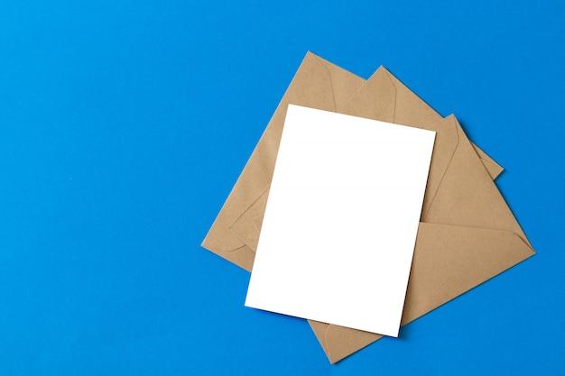 Carta bianca vuota con modello di busta di carta kraft marrone mock up Foto Premium