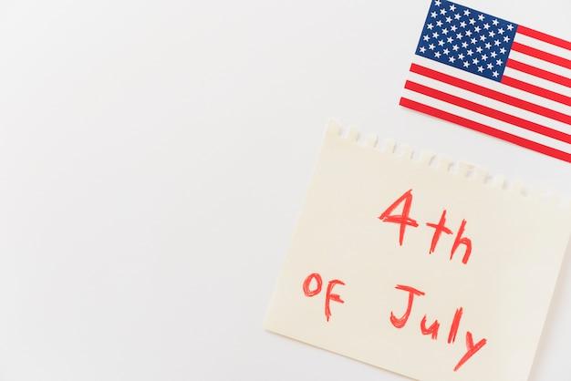 Carta con messaggio 4 luglio e bandiera usa Foto Gratuite