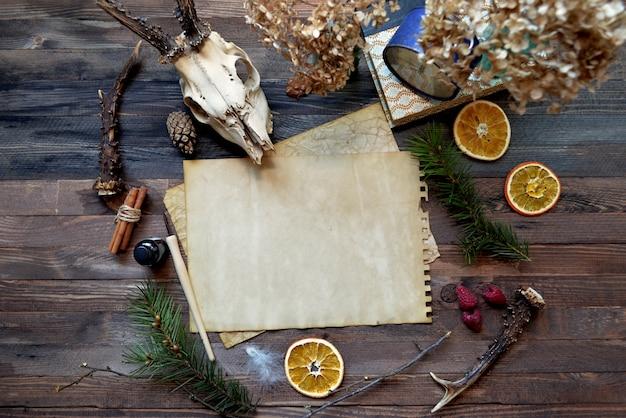 Carta d'epoca mock up su fondo di legno Foto Premium