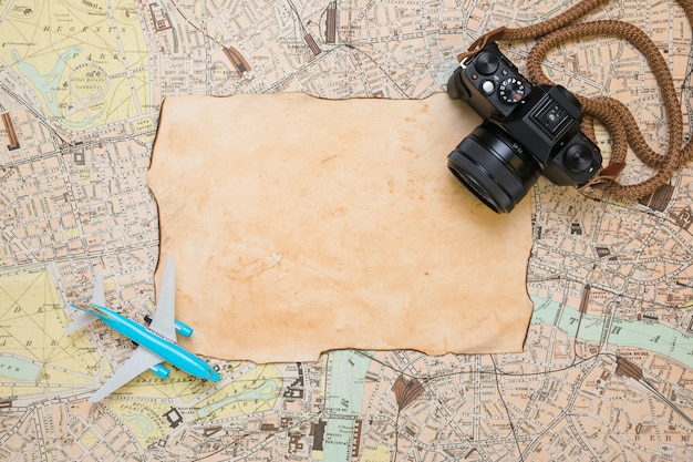 Carta d'epoca sulla mappa Foto Gratuite