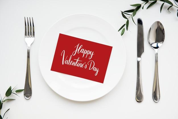 Carta di san valentino servita su un piatto Foto Gratuite