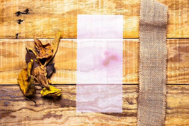 Carta fragile accanto a tela da imballaggio con fondo di legno Foto Gratuite