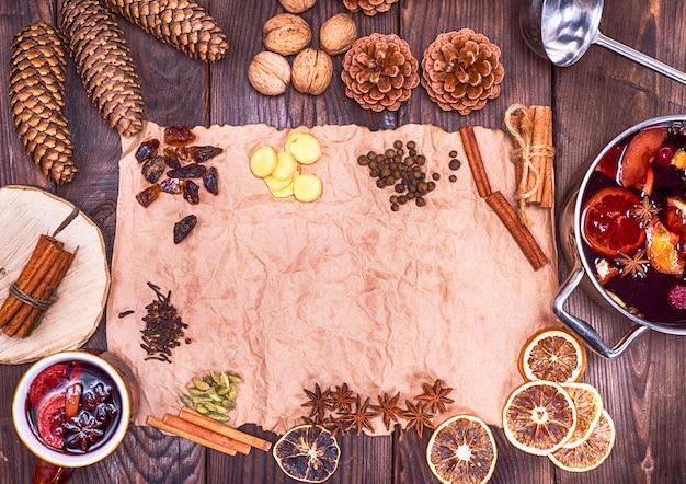 Carta marrone e ingredienti per fare vin brulè Foto Premium