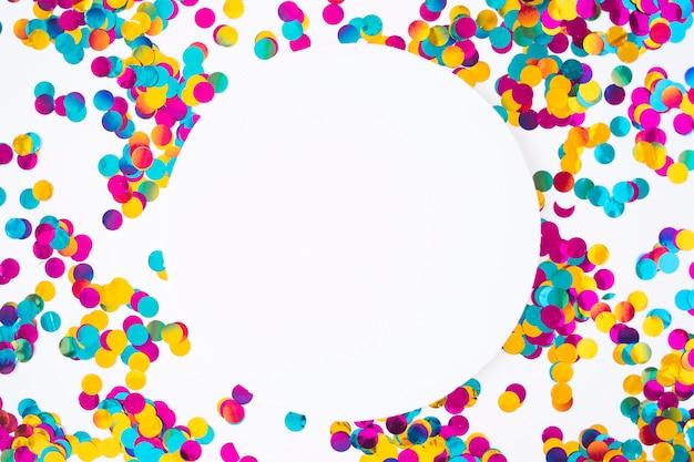 Carta rotonda con lustrini sparsi Foto Gratuite