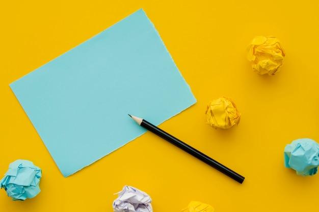 Carta sgualcita e mock-up copia spazio con la matita Foto Gratuite