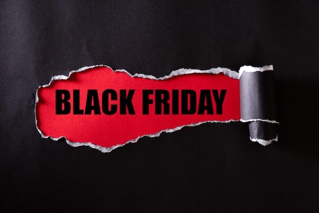 Carta strappata nera e testo black friday su rosso Foto Premium