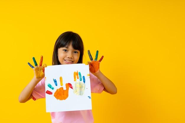 Carta tailandese della pittura di manifestazione del bambino su giallo Foto Premium
