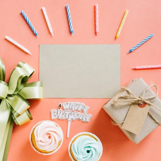 Carta vista dall'alto con elementi di compleanno Foto Gratuite