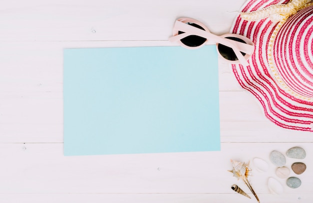 Carta vuota con accessori estivi su sfondo chiaro Foto Gratuite