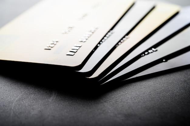Carte di credito che sono impilate ordinatamente insieme Foto Gratuite
