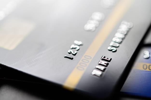 Carte di credito che sono impilate sul pavimento Foto Gratuite