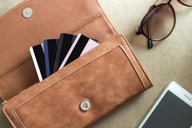 Carte di credito nel portafoglio con il cellulare Foto Premium