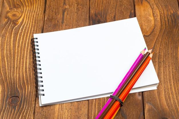 Carte in bianco e penna sulla tavola di legno Foto Premium