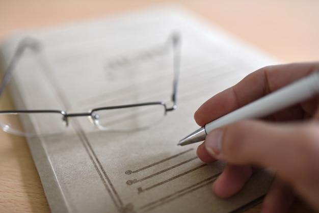 Cartella cartacea con documenti giudiziari sul tavolo, bicchieri, penna Foto Premium