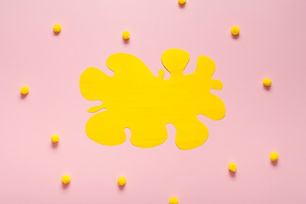 Cartellino giallo vuoto con batuffoli di cotone Foto Gratuite