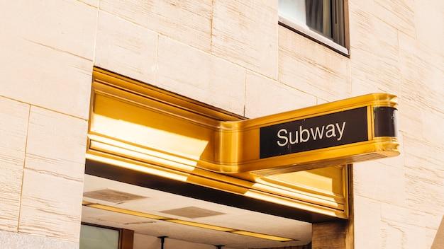 Cartello segno d'oro della metropolitana Foto Gratuite