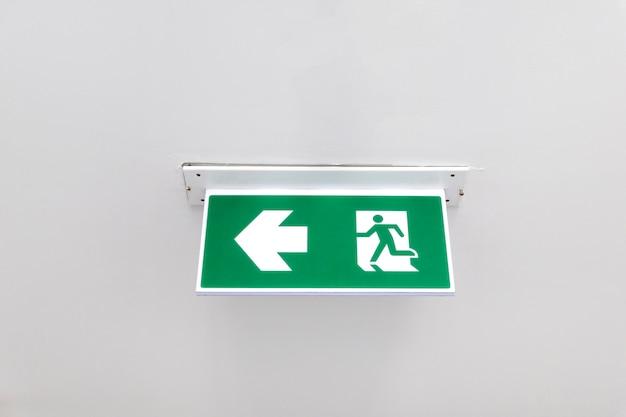 Cartello uscita antincendio. porta di uscita d'emergenza dal fuoco. porta di uscita dal soffitto. Foto Premium