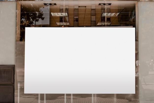 Cartellone bianco bianco per pubblicità sul vetro trasparente Foto Gratuite