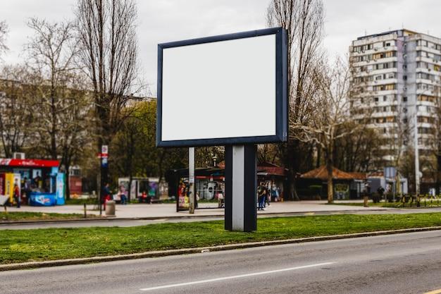 Cartellone bianco sulla strada della città Foto Gratuite