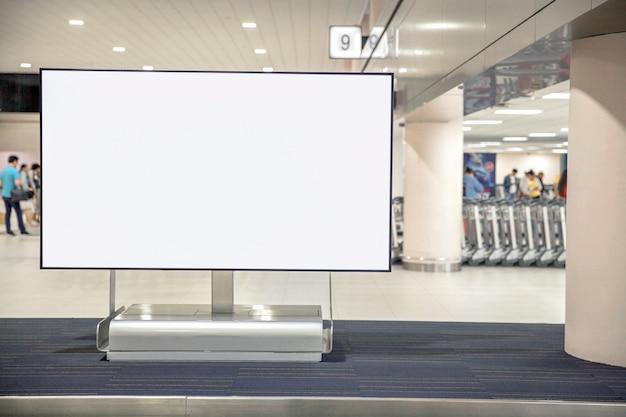 Cartellone pubblicitario vuoto di media digitali in aeroporto Foto Premium